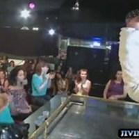 Телочки на вечеринке сосут у стриптизеров видео