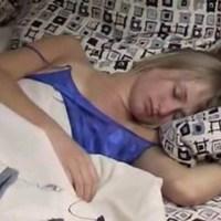 Пьяная сестра заснула после вечеринки в кресле…  девушка поспешила снять с него джинсы и трусы.